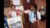 Una mujer emite su voto en Villa 14 de septiembre, en la región de Chapare, Bolivia, el domingo 20 de octubre de 2019. (AP Foto/Juan Karita)