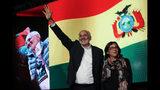 El candidato opositor Carlos Mesa saluda a sus simpatizantes acompañado de su esposa Elvira Salinas después de una primera vuelta electoral en La Paz, Bolivia,el domingo 20 de octubre de 2019. (AP Foto/Juan Karita)