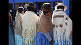 Mujeres esperan a que abra una casilla para votar en las elecciones generales afuera de La Paz, Bolivia, el domingo 20 de octubre de 2019. (AP Foto/Jorge Saenz)
