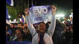 Un simpatizante del presidente boliviano Evo Morales muestra su apoyo afuera del palacio presidencial en La Paz, Bolivia, tras una primera vuelta electoral el domingo 20 de octubre de 2019. (AP Foto/Juan Karita)