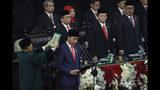 El presidente indonesio Joko Widodo presta juramento para su segundo mandato de cinco años en el Parlamento, en Yakarta, el domingo 20 de octubre de 2019. (Adi Weda/Pool Photo via AP)
