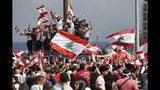 Manifestantes en contra del gobierno gritan consignas y ondean banderas en el centro de Beirut, el domingo 20 de octubre de 2019. (AP Foto/Hussein Malla)