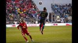 El mexicano Marco Fabián, del Union de Filadelfia, conecta el balón de cabeza frente a Rece Buckmaster, de los Red Bulls de Nueva York, en un partido de playoffs de la MLS disputado el domingo 20 de octubre de 2019 (AP Foto/Chris Szagola)