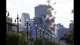 Varias explosiones sacuden dos grandes grúas en una demolición controlada junto a un hotel Hard Rock que se desplomó, en Nueva Orleans, el domingo 20 de octubre del 2019. (AP Foto/Gerald Herbert)
