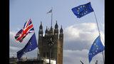 Banderas británicas y de la UE ondean ante el Parlamento británico en Londres, el sábado 19 de octubre de 2019. (AP Foto/Kirsty Wigglesworth)