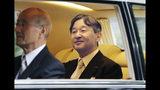 El emperador de Japón Naruhito sonríe mientras se dirige al Palacio Imperial en Tokio, el martes 22 de octubre de 2019. (Kyodo News vía AP)