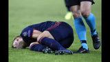 El zaguero Lucas Hernández del Bayern Múnich tras sufrir una lesión en el partido ante el Olympiakos griego en la Liga de Campeones, en Pireos, el martes 22 de octubre de 2019. (AP Foto/Thanassis Stavrakis)