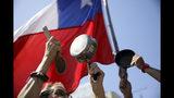 Los manifestantes golpean las ollas mientras protestan en Santiago, Chile, el miércoles 23 de octubre de 2019. Las autoridades informaron el miércoles que el número de fallecidos se elevó de 15 a 18 por los disturbios violentos que sacude al país sudamericano los últimos días y que fueron detonados por un alza en las tarifas del metro. (Foto AP/Rodrigo Abd)