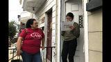 Mirna Orellana, a la izquierda, organizadora comunitaria para el grupo sin fines de lucro We Are Casa, ayuda a Karyme Navarro, a la derecha, a rellenar un formulario para registrarse como votante en York, Pensilvania, el 30 de septiembre de 2019. (AP Foto/Will Weissert)