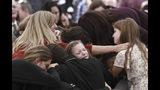 Familiares y amigos lloran durante el funeral por Dawna Ray Langford, de 43 años, y sus hijos Trevor, de 11, y Rogan, de 2, que murieron en una emboscada, en La Mora, México, el 7 de noviembre de 2019. (AP Foto/Christian Chavez)