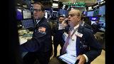 El especialista Gregg Maloney, izquierda, y el operador David O'Day trabajan en la Bolsa de Valores de Nueva York, el jueves 7 de noviembre de 2019. (AP Foto/Richard Drew)