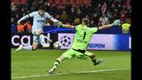 El delantero español Álvaro Morata (izquierda) anota un gol frente al arquero Lukas Hradecky del Bayer Leverkusen, el miércoles 6 de noviembre de 2019. (AP Foto/Martin Meissner)