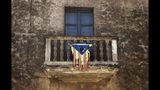 En esta imagen, tomada el 3 de septiembre de 2019, los restos de una bandera independentista de Cataluña cuelgan de un balcón en Bascara, una localidad cerca de Girona. (AP Foto/Emilio Morenatti)
