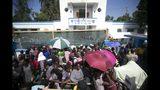 Unas personas forman una fila el viernes 8 de noviembre de 2019, afuera de la base Killick de la Guardia Costera de Haití para ser atendidos por médicos militares de Estados Unidos, que arribaron en un buque de la Armada estadounidense a Puerto Príncipe. (AP Foto/Dieu Nalio Chery)
