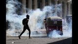 Un agente antimotines iraquí dispara gas lacrimógeno para dispersar a manifestantes antigubernamentales durante una protesta en Bagdad, el 8 de noviembre de 2019. (AP Foto/Hadi Mizban)