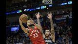 Fred VanVleet (23), de los Raptors de Toronto, encesta frente a Lonzo Ball (2), de los Pelicans de Nueva Orleáns, en la primera mitad del partido en Nueva Orleans, el viernes 8 de noviembre de 2019. (AP Foto/Matthew Hinton)