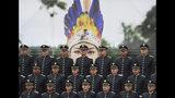 En esta imagen, tomada el 7 de noviembre de 2019, cadetes de la policía posan en formación delante de una fotografía de una agente de policía indígena durante su ceremonia de graduación, en Bogotá, Colombia. (AP Foto/Fernando Vergara)