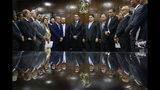 En esta imagen, tomada el 5 de noviembre de 2019, el presidente de Brasil, Jair Bolsonaro (centro izquierda), acompañado por el senador Davi Alcolumbre (centro derecha) asisten a la entrega de las propuestas de reformas económicas de su gobierno a legisladores en el Congreso, en Brasilia, Brasil. (AP Foto/Eraldo Peres)