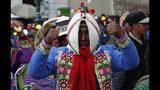 En esta imagen, tomada el 5 de noviembre de 2019, indígenas quechua partidarios del presidente de Bolivia, Evo Morales, marchan en defensa de su aparente reelección en La Paz, Bolivia. Los seguidores de Morales bloquearon la llegada del líder opositor Luis Fernando Camacho a la capital, La Paz, el 5 de noviembre y el gobierno lo llevó de vuelta a su ciudad natal ante las protestas provocadas por las elecciones. (AP Foto/Juan Karita)