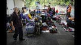 Mercado de artículos usados de Caracas en el que la gente vende sus pertenencias para conseguir dinero para irse de Venezuela en medio de la crisis política y económica del país. Foto del 29 de septiembre del 2019. (AP Photo/Ariana Cubillos)
