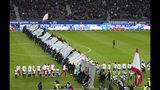 Aficionados derriban una muro simbólico en el día del 30mo aniversario de la caída del Muro de Berín previo al partido de la Bundesliga entre Hertha Berlín y Leipzig en Berlín, el sábado 9 de noviembre de 2019. (Soeren Stache/dpa vía AP)