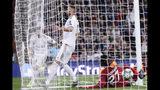 Karim Benzema tras anotar el quinto gol del Real Madrid en el partido ante Real Madrid por la Liga de Campeones, el miércoles 6 de noviembre de 2019. (AP Foto/Manu Fernández)