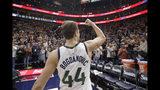 El jugador del Jazz de Utah Bojan Bogdanovic (44) levanta el puño hacia la grada tras anotar la canasta de la victoria sobre la bocina en el juego de la NBA que enfrentó a su equipo con los Bucks de Milwaukee, el 8 de noviembre de 2019, en Salt Lake City. (AP Foto/Rick Bowmer)