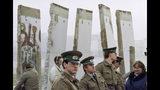 En esta imagen de archivo, tomada el 13 de noviembre de 1989, guardas fronterizos de Alemania Oriental hacen guardia ante fragmentos del Muro de Berlín que se retiraron para abrir el muro en el paso de la Plaza Potsdamer, en Berlín. (AP Foto/John Gaps III, archivo)