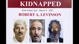 En esta foto de archivo del 6 de marzo de 2012, un póster del FBI muestra una imagen compuesta del exagente del FBI Robert Levinson, de una foto antes de ser secuestrado ( la izquierda), una imagen tomada de un video publicado por sus secuestradores (centro), y otra de cómo se vería ahora después de cinco años en cautiverio (derecha), mostrada durante una conferencia de prensa en Washington, D.C. (AP foto/Manuel Balce Ceneta, Archivo)