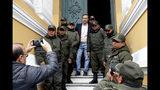El expresidente de Bolivia José Fernando Quiroga posa con policías que resguardan el Congreso en La Paz, Bolivia, el lunes 11 de noviembre de 2019. (AP Foto/Natacha Pisarenko)