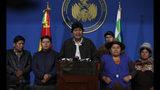 El presidente de Bolivia, Evo Morales, en el centro, habla durante una conferencia de prensa en la base militar de El Alto, Bolivia, el dominog 10 de noviembre de 2019. Horas más tarde, Morales anunció su renuncia bajo creciente presión del Ejército y el público, tras semanas de protestas y acusaciones de fraude por una cuestionadas elecciones que anunció haber ganado en primera vuelta. (AP Foto/Juan Karita)