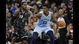 El alero de los Grizzlies de Memphis Jared Jackson Jr. (derecha) con el balón ante LaMarcus Aldridge de los Spurs de San Antonio durante la segunda mitad del juego de la NBA, en San Antonio, el lunes 11 de noviembre de 2019. (AP Foto/Eric Gay)