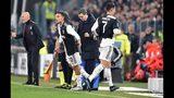 El astro portugués Cristiano Ronaldo (7), de la Juventus, abadona el partido al ser sustituido por el argentino Paulo Dybala, izquierda, en partido de la Serie A ante el Milan, en el estadio Allianz de Turín, Italia, el domingo 10 de noviembre de 2019. (Alessandro Di Marco/ANSA vía AP)