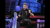 """En esta foto del 8 de noviembre del 2007, Ricky Martin actúa con the Blue Man Group en la 8va entrega anual de los Latin Grammy, en Las Vegas. Martin fungirá como anfitrión de la 20ma edición de los Latin Grammy, y estrenará en la gala su nuevo sencillo """"Cántalo"""" con Residente y Bad Bunny, el jueves 14 de noviembre del 2019 en Las Vegas. (AP Foto/Mark J. Terrill, Archivo)"""