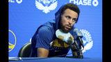 Stephen Curry, de los Warriors de Golden State, habla en una conferencia de prensa el lunes 11 de noviembre de 2019, en San Francisco (AP Foto/John Hefti)