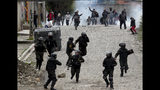 Simpatizantes del expresidente Evo Morales confrontan a la policía en La Paz, Bolivia, el lunes 11 de noviembre del 2019. (AP Foto/Juan Karita)