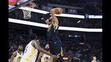 Rudy Gobert (27), del Jazz de Utah, lanza a canasta en la segunda mitad del juego de la NBA que enfrentó a su equipo con los Warriors de Golden State, en San Francisco, el 11 de noviembre de 2019. (AP Foto/John Hefti)
