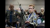 ARCHIVO - En esta foto del 28 de enero de 2013, la detective Barbara Mattson de la policía estatal de Connecticut muestra un fusil AR-15 Bushmaster, el mismo modelo utilizado por Adam Lanza en la masacre de la escuela primaria de Sandy Hook. (AP Foto/Jessica Hill, File)