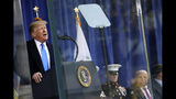 El presidente Donald Trump habla antes del desfile del Día de los Veteranos de Guerra en Nueva York, 11 de noviembre de 2019. (AP Foto/Andrew Harnik)