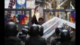 La policía impide a partidarios del expresidente Evo Morales acceder a la zona del Congreso en La Paz, Bolivia, el martes 12 de noviembre de 2019. (AP Foto/Natacha Pisarenko)