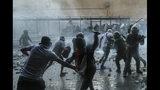 La policía chilena se enfrenta con manifestantes antigubernamentales durante una protesta en Santiago de Chile el martes 12 de noviembre de 2019. (AP Foto / Esteban Felix)