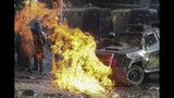 Una bomba de gasolina explota frente a un vehículo policial durante enfrentamientos con manifestantes antigubernamentales en Santiago de Chile, el martes 12 de noviembre de 2019. (AP Foto / Esteban Felix)