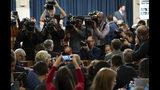 William Taylor, responsable de asuntos para Ucrania del Departamento de Estado llega a la Comisión de Inteligencia de la Cámara de Representantes para rendir testimonio en la primera audiencia pública sobre la investigación de juicio político al presidente Donald Trump, el miércoles 13 de noviembre de 2019. (Saul Loeb/Pool Photo via AP)