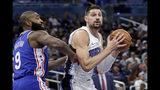 Nikola Vucevic del Magic de Orando enfrenta a Kyle O'Quinn de los 76ers de Filadelfia en el partido del miércoles 13 de noviembre del 2019. (AP Photo/John Raoux)