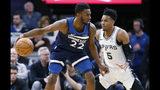 El jugador de los Timberwolves de Minnesota Andrew Wiggins busca superar a Dejounte Murray en el triunfo de los Wolves sobre los Spurs de San Antonio del miércoles 13 de noviembre del 2019. (AP Photo/Jim Mone)