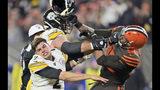Myles Garrett, defensive end de los Browns de Cleveland, usa el casco de Mason Rudolph, de los Steelers de Pittsburgh, para golpearlo al final del partido del jueves 14 de noviembre de 2019 (AP Foto/David Richard)