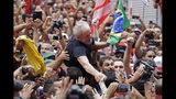 En esta imagen, tomada el 9 de noviembre de 2019, el expresidente de Brasil Luiz Inácio Lula da Silva es llevado en volandas por sus seguidores durante un mitin en la sede del Sindicato Metalúrgico, en Sao Bernardo do Campo, Brasil. Lula se dirigió a miles de jubilosos partidarios un día después de salir de prisión. (AP Foto/Nelson Antoine)