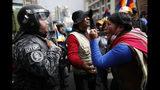 En esta imagen, tomada el 12 de noviembre de 2019, una seguidora del expresidente de Bolivia Evo Morales grita a un policía, pidiéndole que respete a la población indígena del país, en La Paz, Bolivia. Morales, que transformó Bolivia como su primer presidente indígena, se autoexilió en México luego de semanas de protestas violentas, dejando un confuso vacío de poder en la nación andina. (AP Foto/Natacha Pisarenko)