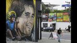 En esta foto del 7 de noviembre del 2019, se ve un mural del legendario astro brasileño de Fórmula Uno Ayrton Senna cerca de la pista Interlagos en Sao Paulo. (AP Foto/Nelson Antoine)