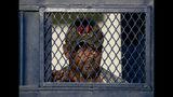 En esta imagen del 12 de octubre de 2019, un cubano sale de un refugio para migrantes en Reynosa, México. En años anteriores, los migrantes pasaban con rapidez por esta tierra de cárteles. Ahora, con las nuevas políticas migratorias de Donald Trump, se quedan ahí durante meses mientras esperan sus citas en las cortes estadounidenses, varados en las fauces del crimen organizado. (AP Foto/Fernando Llano)